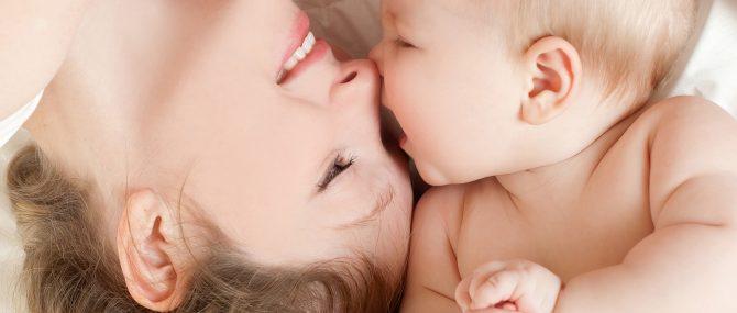 Imagen: Recién nacido con su madre