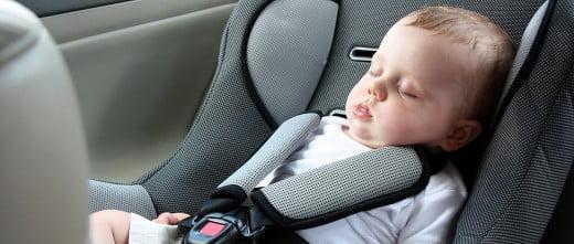 El bebé en el coche