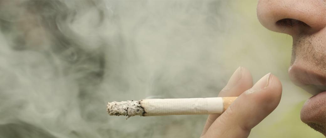 Dormir con padres fumadores