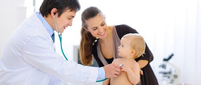 Imagen: Bebé en un reconocimiento médico
