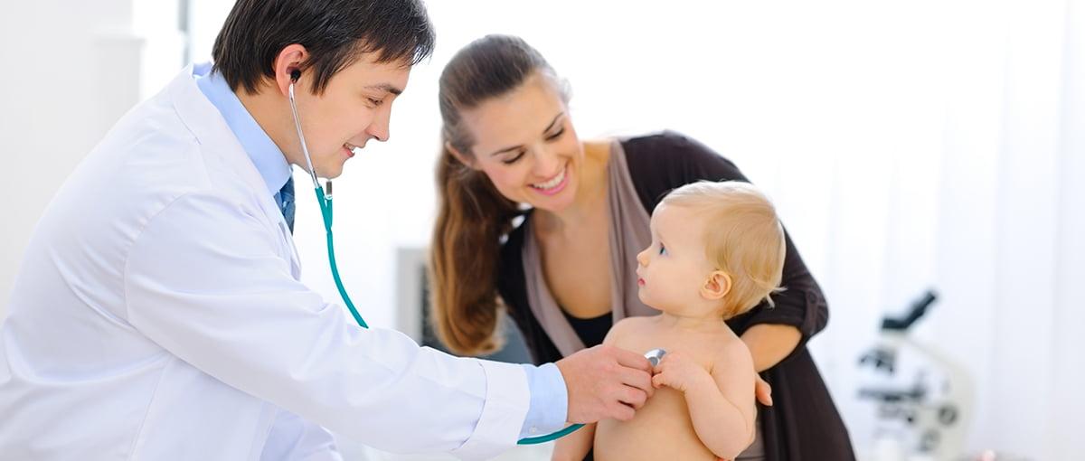 Bebé en un reconocimiento médico
