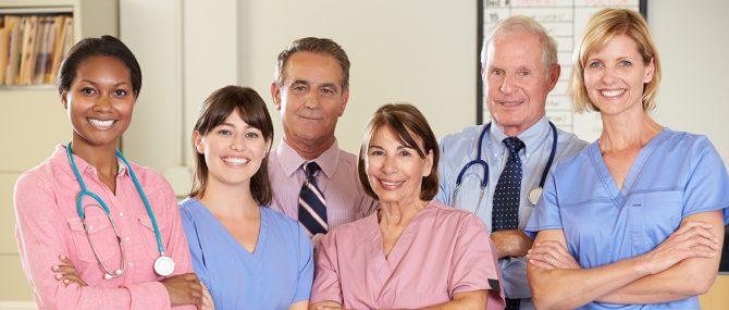 Imagen: enfermera y lista de espera