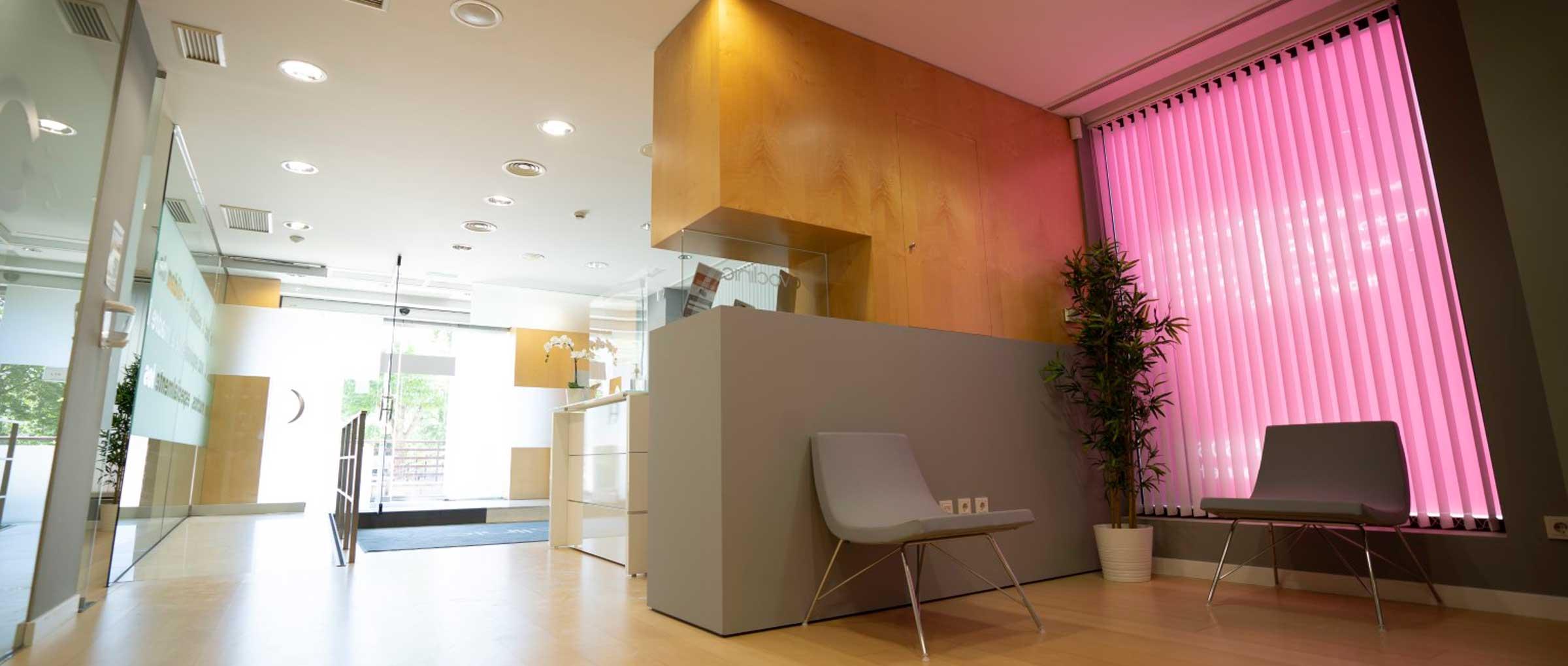 Zona de espera en pasillo para pacientes